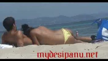 Desi bhabi sucking her lovers dick on sea beach mms