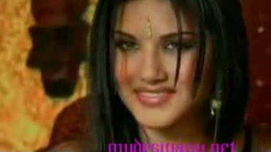 Indian pornstar Sunny Leone in scandal mms