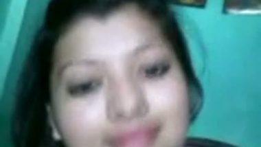 Deep cleavage exposed by desi girl