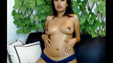 Cam girl showing her young nude body n pussy