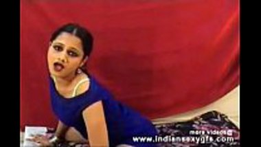 Desi hot cam girl showing her boobs with a dance