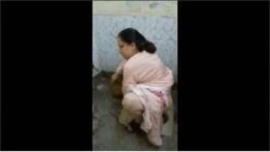 Sexy Pakistani Aunty Peeing And Cleaning