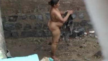 Desi milf Nude Captured Secretly While Bathing on Outdoor