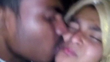 Amateur young lovers enjoying sexy smooch MMS