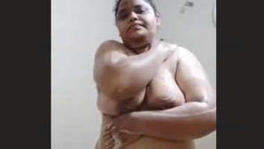 Chubby Indian Bhabhi Bathing