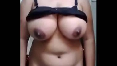 Busty Pakistani wife nude MMS video