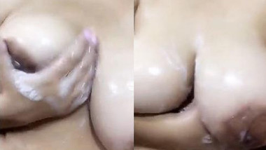 Sexy Desi Hot Girl Showing her Boobs