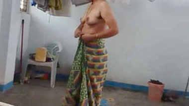 south indian sunita bhabhi nude saree change caught by devar voyeur cam