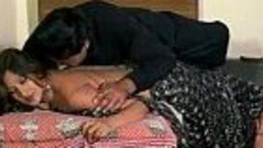 Hot romance of cheating bhabhi & neighbor in Hindi blue film