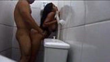 Indian desi couple secretly hardcore xxx fuck in bathroom