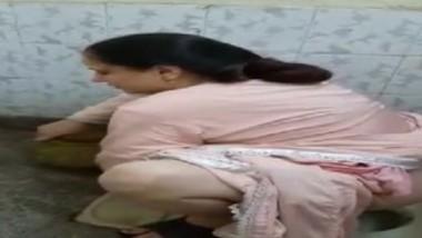 Desi cute aunty pissing video in bathroom