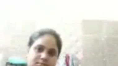 Amateur video of the pretty Indian aunty washing her fatty body