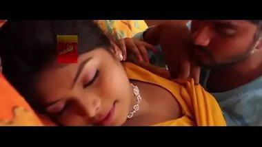 Mallu bhabhi seducing her guest showing hot navel