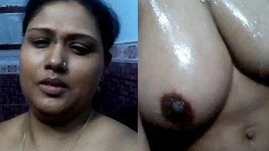 Desi woman films sexy video where her XXX body is so wet and hot
