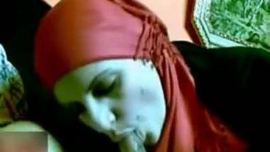 Muslim bhabhi sucking her car driver's cock