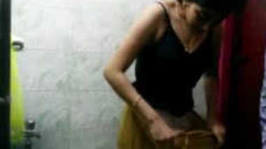 Indian girl in sari takes it off exposing some XXX body parts on sex cam