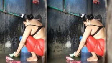 Perverted boy films through hole how Indian mature washes XXX body