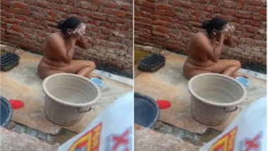 Naughty boy records how naked Desi neighbor washes XXX body outdoors