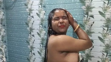 Sexy Bengali Boudi bathing nude video