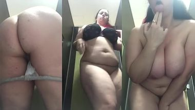 Indian MILF's juicy melons compensate the fact that she is paunchy