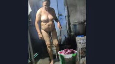 Indian Desi Bhabhi Bathing Vdo